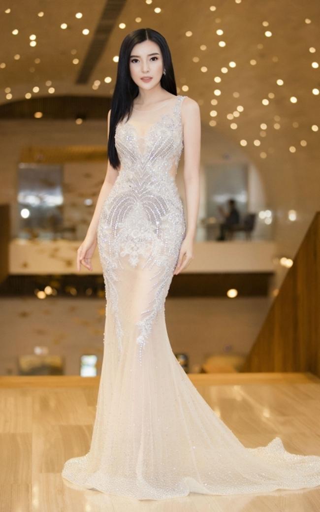"""Xuất hiện tại một sự kiện gần đây, """"người đẹp Tây Đô 9X"""" - Cao Thái Hà diện bộ đầm sequin xuyên thấu, khéo khoe đôi chân dài gợi cảm và vòng eo 58cm. Cô nhận được nhiều lời khen về nhan sắc và thần thái rạng rỡ, tươi tắn."""