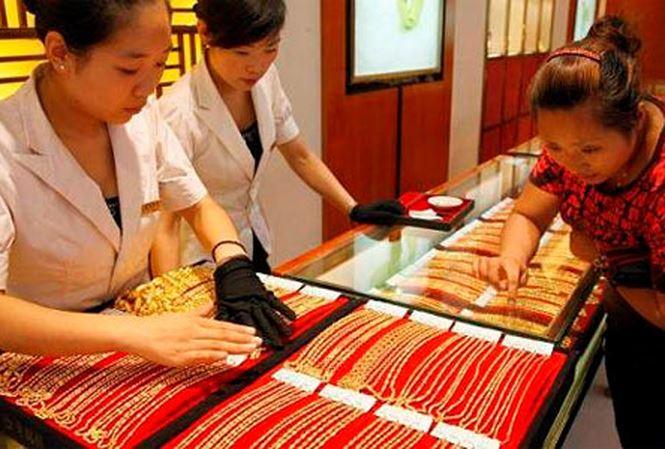 Giá vàng tiếp tục tăng, tỷ giá đảo chiều giảm mạnh - 1