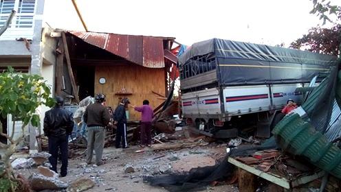 Xe tải tông sập nhà lúc 4 người đang ngủ - 1