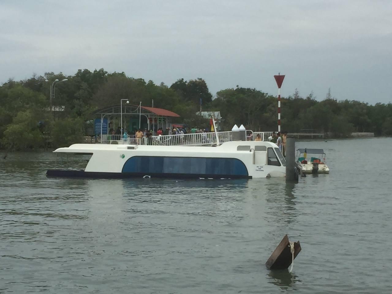 Tàu cao tốc chở 42 hành khách chìm ở biển Cần Giờ, nhiều người gào khóc - 1