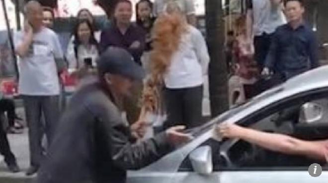 Video: Người đàn ông dùng chổi chặn xe để xin tiền mua rượu - 1