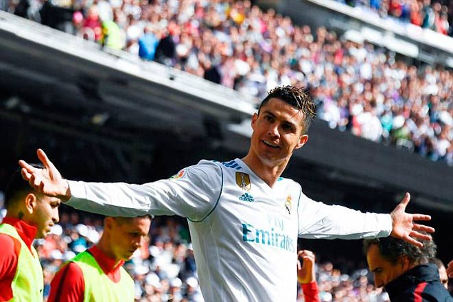 Messi lập hattrick, Ronaldo trả lời cán mốc 650 bàn - 1