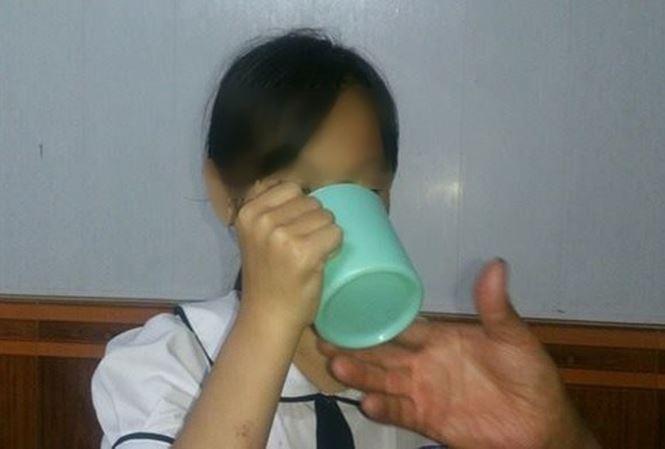 """Vì sao mẹ cô giáo bắt học sinh uống nước giặt giẻ lau """"giằng co"""" kết quả xét nghiệm? - 1"""