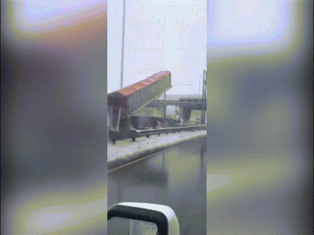 Xe tải lao như bay khiến thùng hàng đâm vào cầu, vỡ tan tành