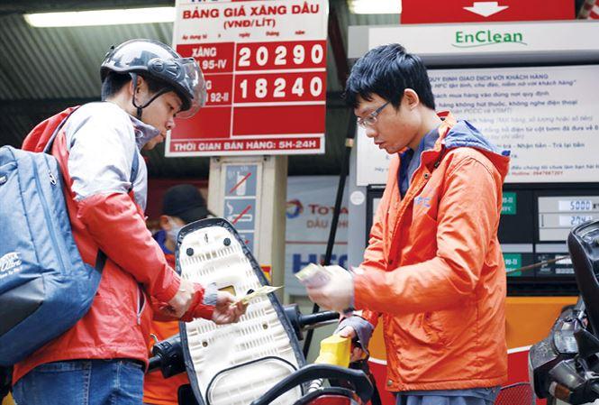 Tăng thuế môi trường xăng dầu: Gánh nặng đổ đầu ai? - 1