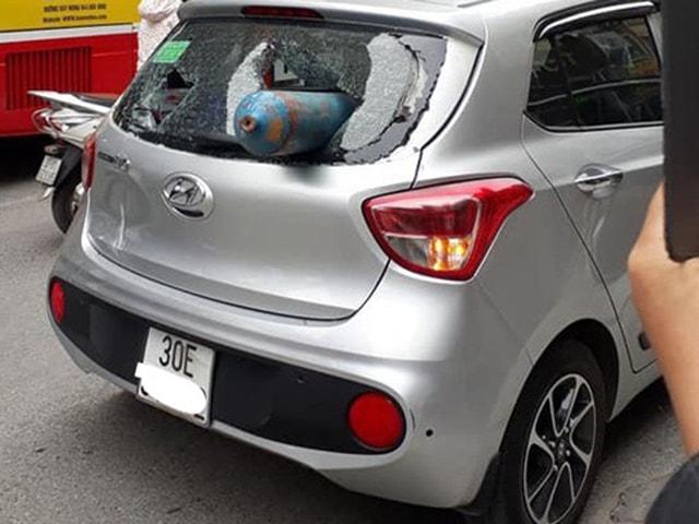 Hyundai Grand i10 bị bình gas bắn vỡ nát kính sau tại Hà Nội