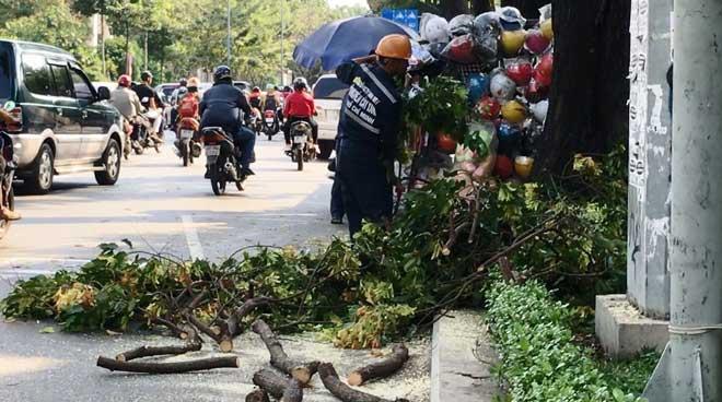 """Cô gái bất động giữa phố Sài Gòn vì họa """"trên trời"""" ập xuống - 1"""