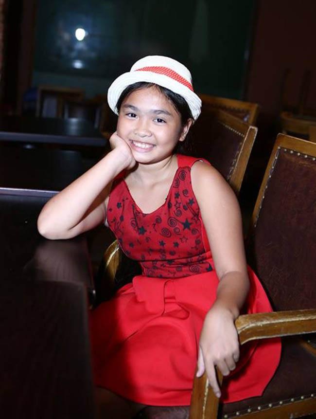 Hình ảnh Thiện Nhân vào năm 2014 khi từ quê Bình Định vào Sài Gòn thi Giọng hát Việt nhí. Những ngày đầu đi thi, vì chưa quen môi trường mới nên cô béchỉ đứng yên một chỗ cầm micro hát chứ không biểu diễn như các bạn, đến khi nhớ mẹ lại ngồi khóc.