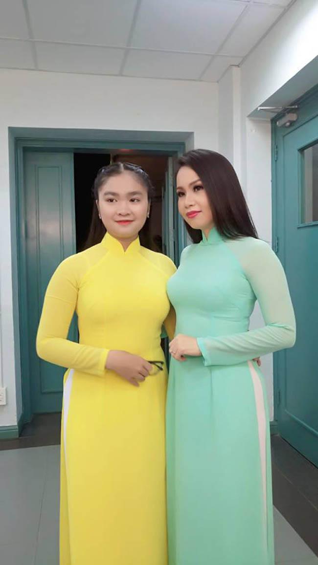Thiện Nhân và Cẩm Ly cùng diện áo dài trong một chương trình gần đây. Ca sĩ sinh năm 2002 tâm sự, áodài truyền thống là trang phục em yêu thích nhất mỗi khi buổi diễn trên sân khấu.