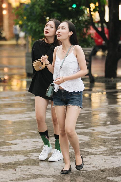 Sài Gòn: Hàng trăm bạn trẻ tụ họp tại phố đi bộ truy tìm món quà cực giá trị! - 1
