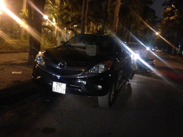 HN: Kinh hoàng ô tô gây tai nạn, kéo lê người trên phố