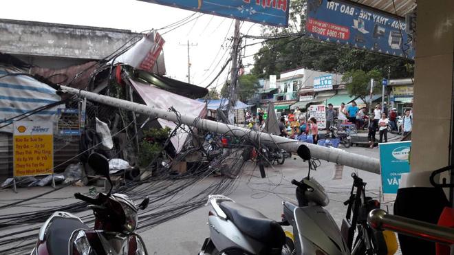 Trụ điện bật gốc ở Sài Gòn, nhiều người gào thét tháo chạy - 1