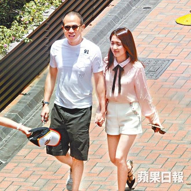 Tỷ phú Hong Kong lần đầu công khai chuyện hẹn hò Á hậu kém 26 tuổi - 1