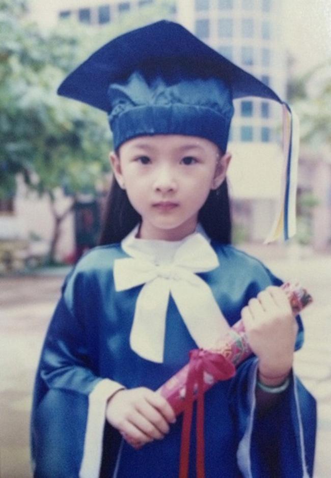 Không ít sao nữ Việt đi lên từ ngôi sao nhí và giờ đây đã thay đổi khác lạ. Angela Phương Trinh là một trong những trường hợp đó. Ngày nhỏ, cô là một bé gái xinh xắn có gương mặt trái xoan và sớm bước chân vào nghề diễn xuất.