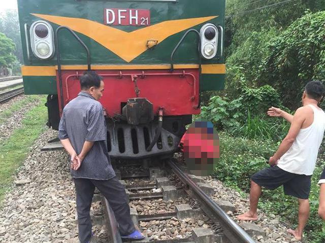 Va chạm tàu hỏa, cụ bà dính chặt vào đầu tàu tử vong
