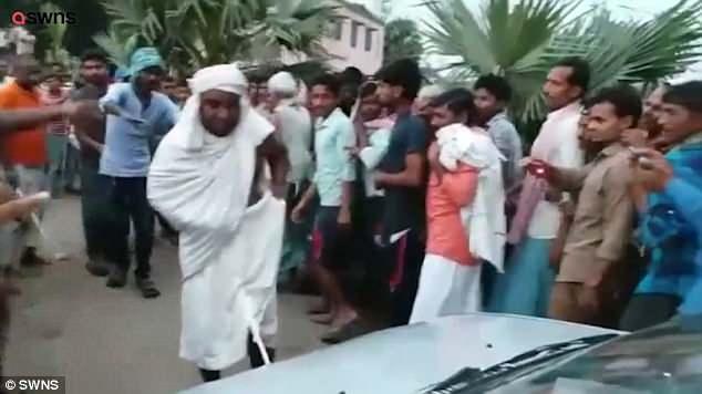 """Tu sĩ Ấn Độ dùng """"của quý"""" kéo xe hơi đi xa 30 mét - 1"""