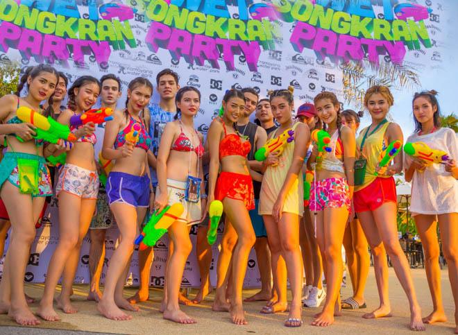 Bị cấm hở hang, gái Thái Lan mặc gì đi đi té nước? - 1
