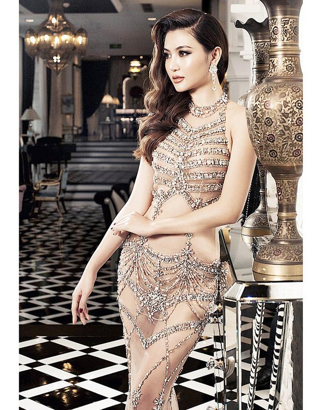 Nữ hoàng sắc đẹp toàn cầu - Ngọc Duyên sở hữu chiếc váy xuyên thấu 60% cơ thể.
