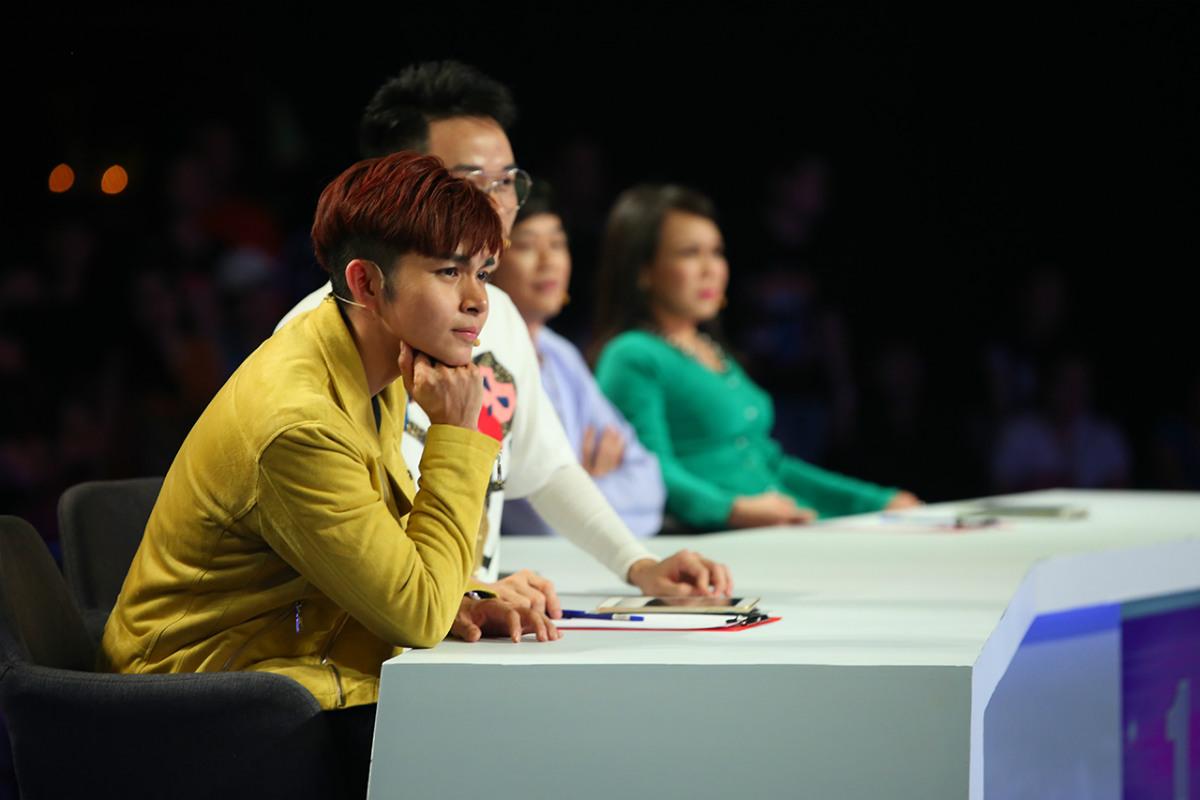Hoài Linh - Việt Hương bật khóc, tặng tiền túi cho vợ chồng khiếm thị hát rong - 1