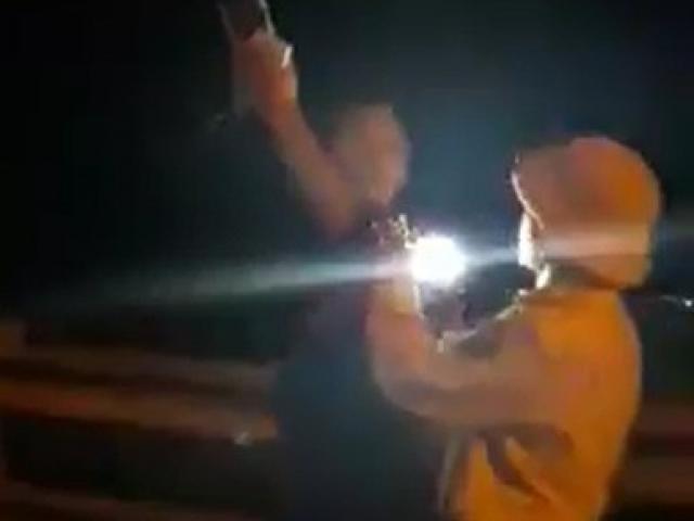 """Điều chuyển công tác CSGT rọi đèn pin, """"vung tay"""" về phía người quay phim"""