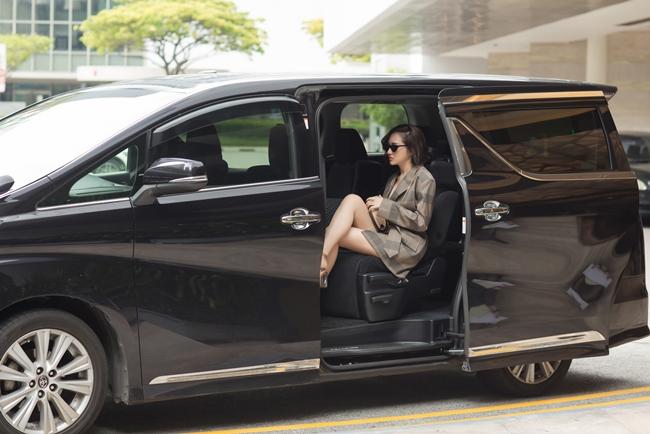 Nữ ca sĩ khoe chân thon dài gợi cảm, bước xuống từ xe đưa đón riêng.