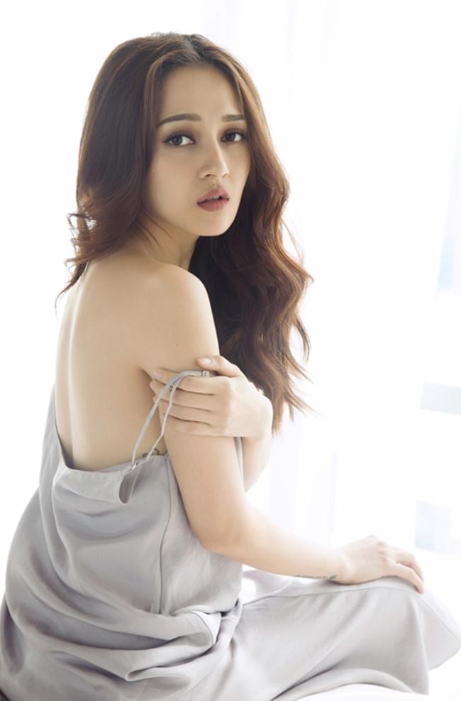 Nữ ca sĩ khoe trọn bờ vai nuột nà và gợi cảm trong bộ ảnh quảng bá cho sản phẩm âm nhạc mới.