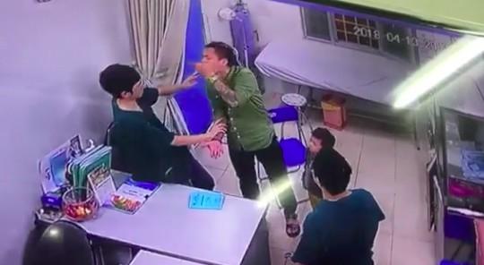 Kết quả hình ảnh cho người nhà bệnh nhân đánh bác sĩ