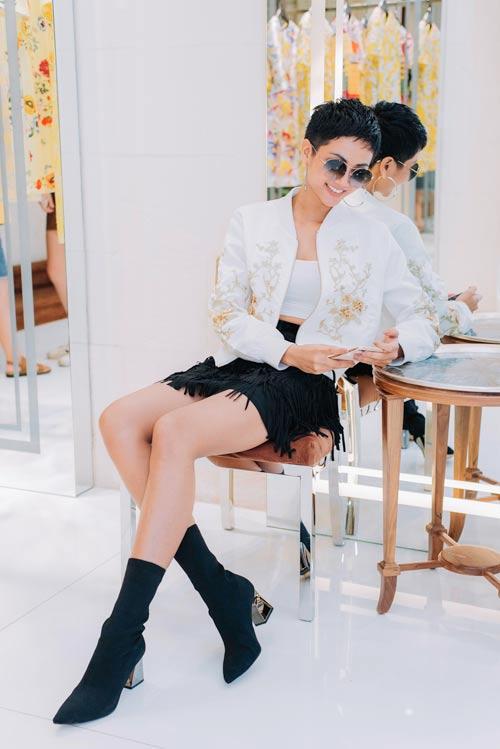 Dàn người đẹp hàng đầu showbiz Việt nô nức thử đồ cho khai màn tuần thời trang - 1