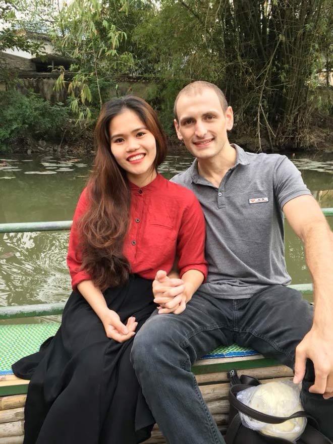 """Lang thang phố Bùi Viện, cô gái 1m50 """"nhặt"""" được anh chồng Tây 1m86 - 1"""