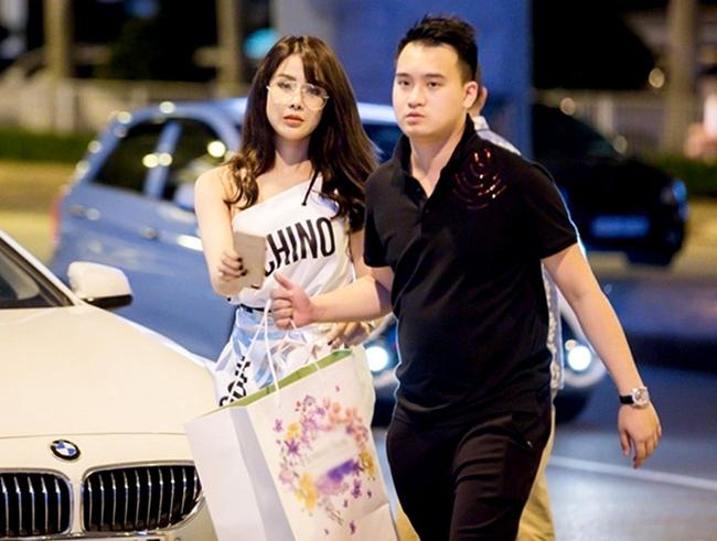 Người đẹp cũng tiết lộ, chính gia đình chồng tương lai đã đầu tư cho cô vốn kinh doanh và mời ngôi sao So Ji Sub đến Việt Nam dự sự kiện vào cuối năm 2017.