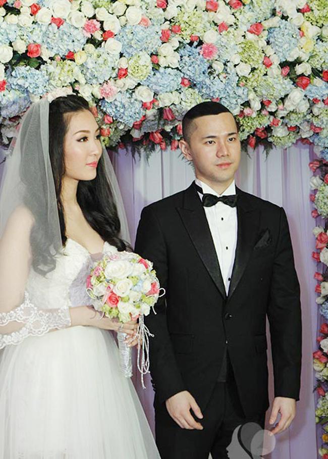 """Cuối tháng 12.2013, Á hậu Thùy Trang khiến người hâm mộ bất ngờ khi lên xe hoa với doanh nhân Đông Dương sau 2 năm hẹn hò bí mật. Ngay sau khi được tiết lộ danh tính, người hâm mộ đã """"phát sốt"""" trước vẻ điển trai như tài tử và gia thế đại gia bề thế của chồng Thùy Trang."""