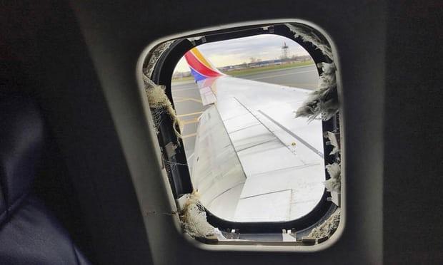 Giây phút kinh hoàng hành khách bị hút ra cửa sổ máy bay Mỹ - 1