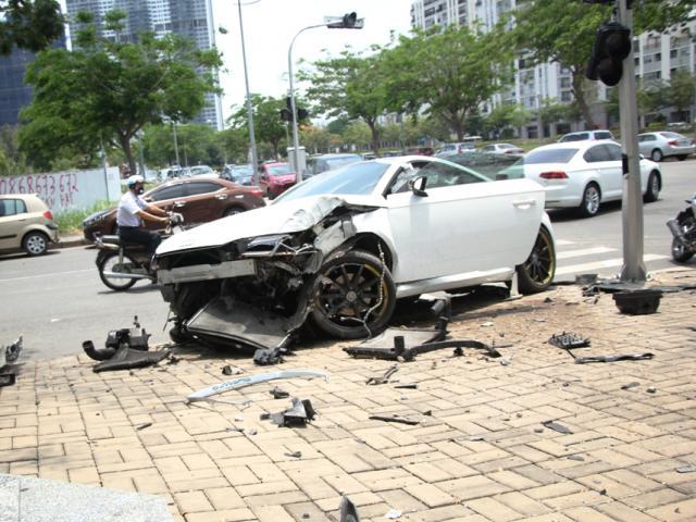 """Bẻ lái tránh xe máy, xế sang Audi nát đầu tại khu """"nhà giàu"""" Sài Gòn"""