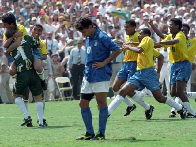 """Khoảnh khắc điên rồ World Cup: """"Đuôi ngựa thần thánh"""" đá văng cúp của cả dân tộc"""