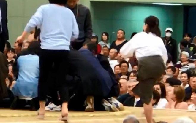 """Phẫn nộ sàn đấu võ sỹ nặng hàng trăm ký: Nữ y tá cứu người, bị """"quy tội"""" - 1"""