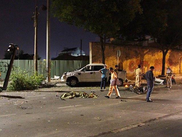 Bán tải Ford Ranger gây tai nạn liên hoàn tại Sài Gòn, 2 người tử nạn