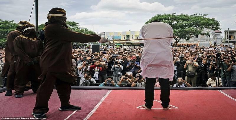Lần cuối cùng gái mại dâm bị đánh công khai ở Indonesia - 1