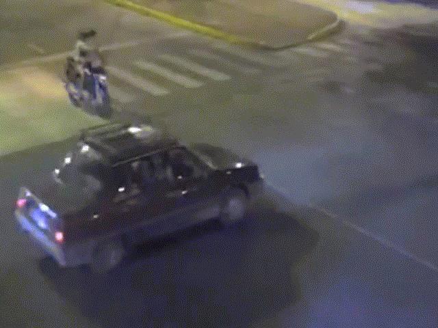 Vượt đèn đỏ, thiếu nữ đi mô tô bay lên nóc ô tô đang chạy