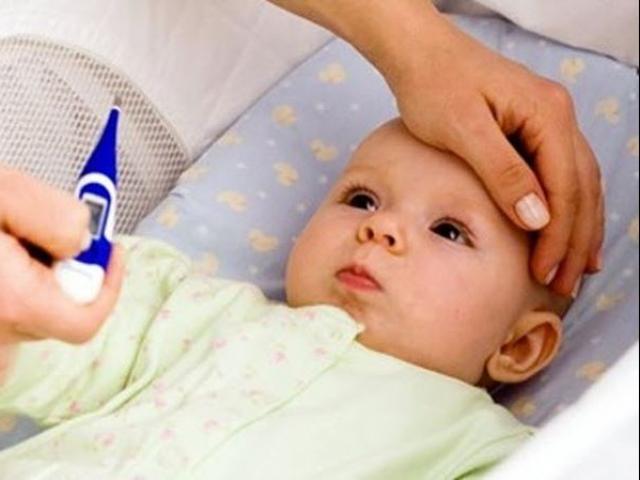 Cha mẹ hại con khi làm những điều này lúc trẻ bị sốt