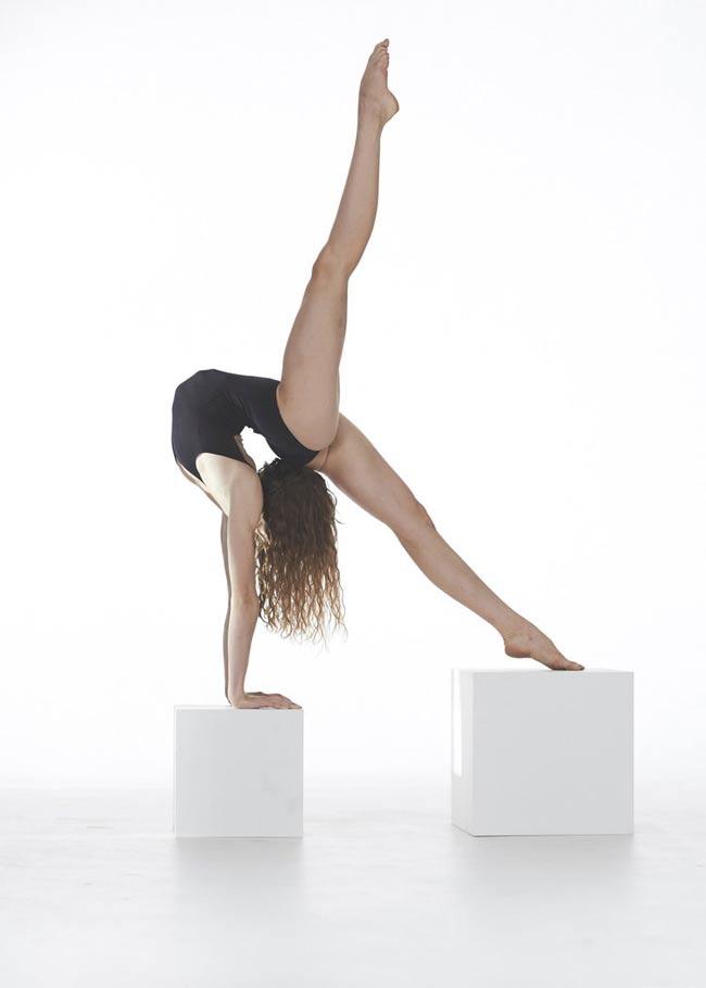 Lucia Carbines là một nghệ sĩ múa, một người mê yoga.