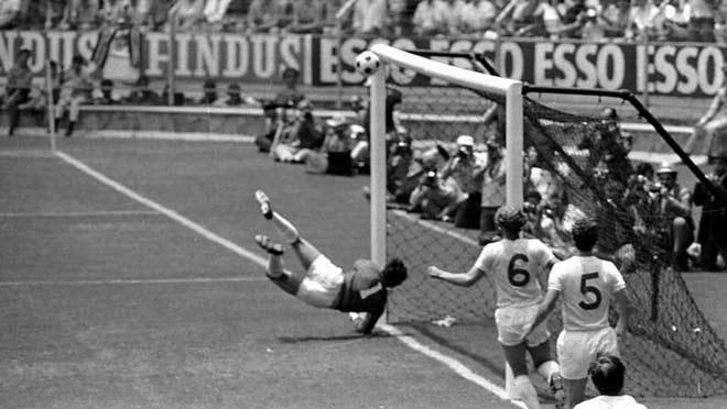 """Khoảnh khắc điên rồ World Cup: Cứu thua thiên tài, vua Pele """"quỳ rạp"""" - 1"""