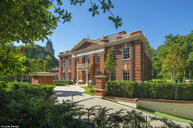 Whitelands nằm trên khu đất riêng của công ty bất động sản St George's Hill. Đây là một khu đất tư nhân rộng gần 4 km2 gồm 420 căn nhà với các câu lạc bộ gôn và sân gônriêng.