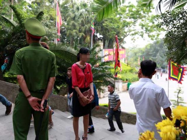 Mặc váy, hàng trăm du khách bị mời khỏi cổng Đền Hùng