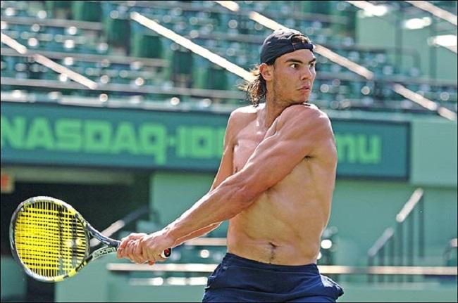 Sau đó, tay vợt Tây Ban Nha tập thể lực với dây kéo cáp. Bài tập này giúp anh tăng cường sức mạnh ở vai và bắp tay.