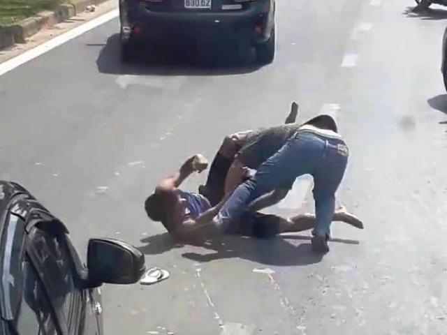 """Hai tài xế ô tô """"đấu boxing"""" giữa phố sau va chạm giao thông"""