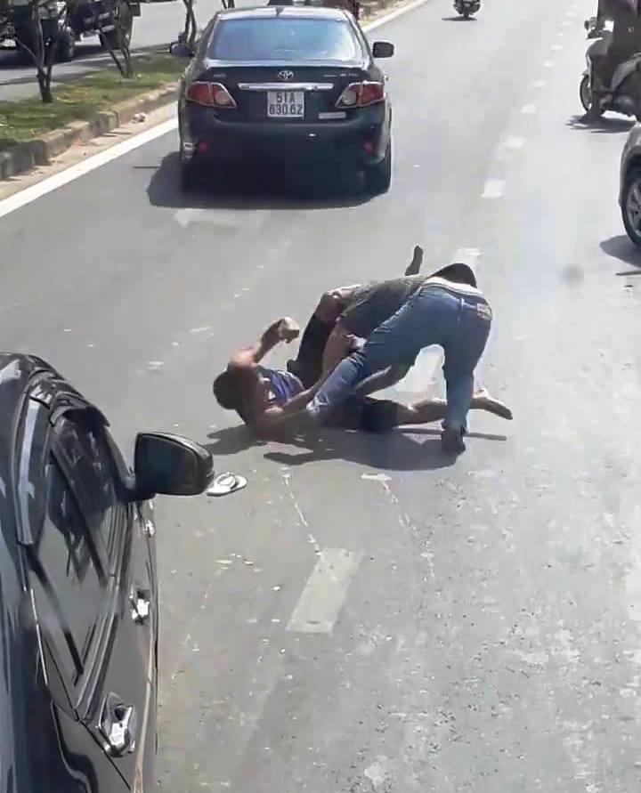 """Hai tài xế ô tô """"đấu boxing"""" giữa phố sau va chạm giao thông - 1"""