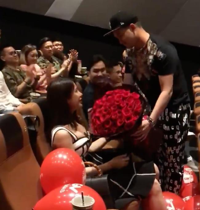 Diệp Lâm Anh nức nở khi được thiếu gia kém tuổi cầu hôn giữa rạp phim - 1