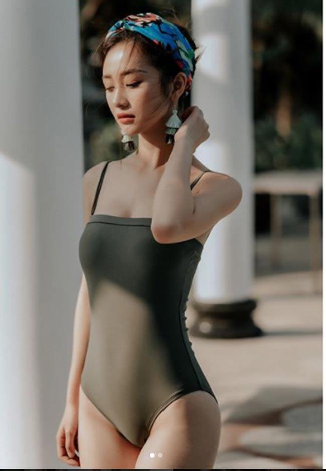 Mặc dù đã tu sửa ngực nhưng cô nàng hoàn toàn không mang dáng dấp người đẹp phồn thực.