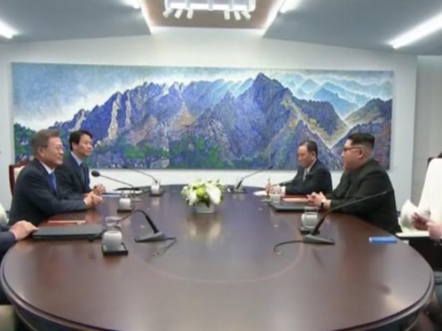 Chiếc bàn cực kỳ đặc biệt được làm riêng để đón Kim Jong-un
