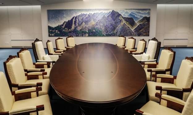 Chiếc bàn cực kỳ đặc biệt được làm riêng để đón Kim Jong-un - 1